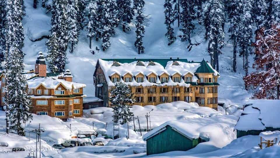 Snowfall in Kashmir valley brings in hordes of visitors