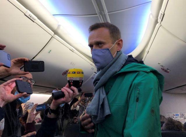 Kremlin critic Navalny decries 'mockery of justice' at hearing