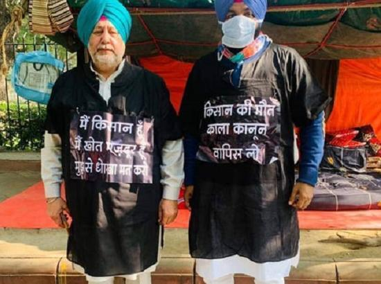 Punjab Congress MPs wear black gown to mark protest against farm laws