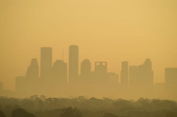 China's Beijing smothered by hazardous yellow smog